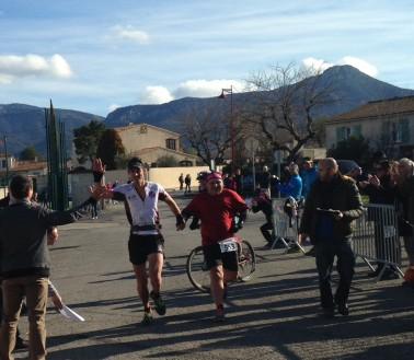 """Trail Mont olympe 2015 Thomas PIGOIS franchit la ligne avec le dernier concurrent de """"L'Aurélienne"""" le 11km."""